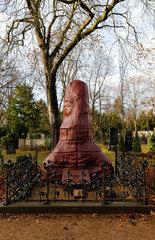 Berlin  Deutschland  winterlich eingehaustes Grabmal fuer Heinrich von Stephan