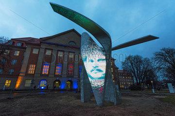 Berlin  Deutschland  Skulptur The Wings vor dem Verwaltungsgebaeude der Siemens AG
