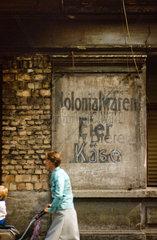 Berlin  DDR  die Begriffe Kolonialwaren  Eier  Biere und Kaese an einer Hauswand
