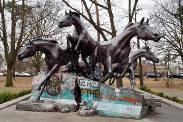 Berlin  Deutschland  Skulptur - Der Tag an dem die Mauer fiel / The Day The Wall Came Down -