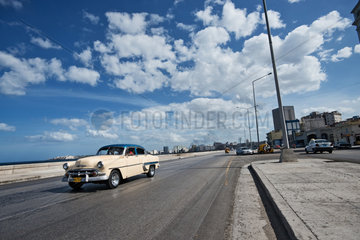 Havanna  Kuba  ein altes amerikanisches Auto in Havanna  Uferpromenade Malecon