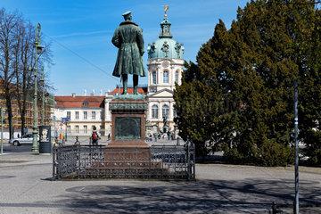 Berlin  Deutschland  Schloss Charlottenburg und das Denkmal fuer Prinz Albrecht von Preussen