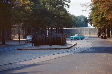 Berlin  DDR  Blick auf den Mauerstreifen und den versperrten U-Bahnhof an der Bernauer Strasse