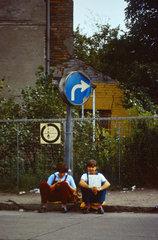 Berlin  DDR  junge Frauen wollen per Anhalter fahren