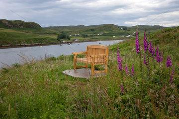 Bracadale  Grossbritannien  Landschaft mit Holzbank auf der Isle of Skye