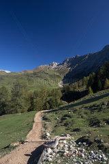 Compatsch  Italien  Wanderweg in einem Seitental der Seiser Alm