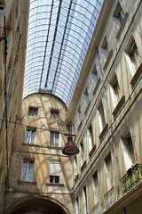 Carpentras  Frankreich  Passage mit tonnenfoermigen Glasdach in Carpentras