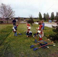 Weimar  DDR  Kindergartenkinder bei der Gartenarbeit