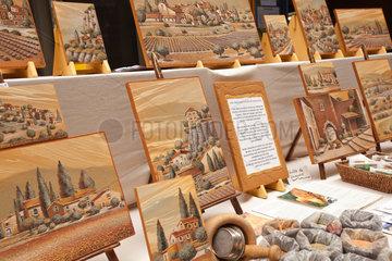Apt  Frankreich  ockerfarbene Bilder an einem Stand auf einem Wochenmarkt