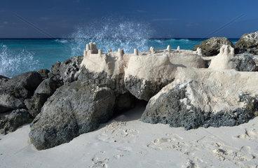 Dover  Barbados  eine auf Korallenfelsen gebaute Sandburg am Strand von Dover Beach