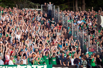 Muenster  Deutschland  Fussballfans feiern ihre Mannschaft Preussen Muenster