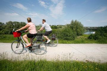 Luenen  Deutschland  Fahrradfahrer an der Lippe