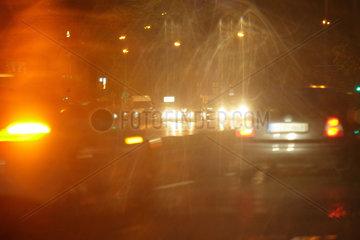 Berlin  Deutschland  schlechte Sicht im Strassenverkehr bei Regen und Dunkelheit