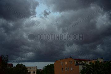 Berlin  Deutschland  Gewitterwolken ueber Prenzlauer Berg