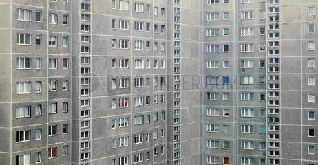 Berlin  Deutschland  Nahaufnahme der Fassade eines Plattenbaus
