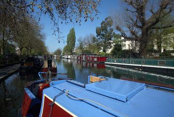 London  Grossbritannien  Narrowboats liegen am Ufer von Brownings Pool