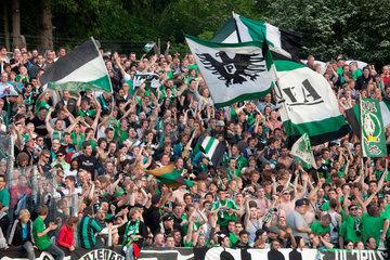 Muenster  Deutschland  Ultra-Fans feiern ihre Mannschaft Preussen Muenster.