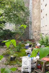 Berlin  Deutschland  Sperrmuell liegt im Hinterhof