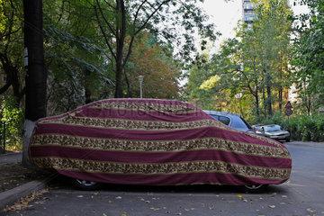 Bukarest  Rumaenien  abgedecktes Auto