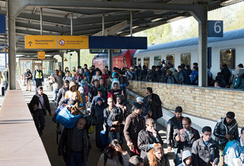 Schoenefeld  Deutschland  Fluechtlingssonderzug aus Bayern