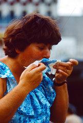 Berlin  DDR  Frau niest in ein Taschentuch