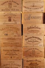 Saint-Emilion  Frankreich  Weinkisten verschiedener Weingueter aus der Gegend