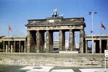 Berlin  Deutschland  Blick auf die Mauer und das Brandenburger Tor