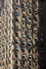 New York  USA  Lichtreflexionen auf einer Backsteinfassade