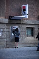 Hermannstadt  Rumaenien  Frau holt Geld vom Bankautomat der BRD Bank Rumaenien