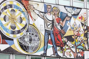 Berlin  Deutschland  Mosaik am Haus des Lehrers am Alexanderplatz