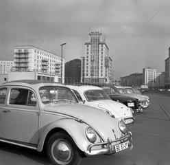 Berlin  DDR  Autos parken auf dem Mittelstreifen der Karl-Marx-Allee