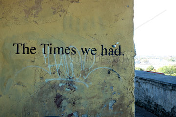 Tallinn  Estland  eine Strassenmauer mit dem Aufschrift The Times we had