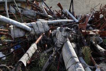 Berlin  Deutschland  Metallschrott auf dem Gelaende einer Ruine eines Heizhauses