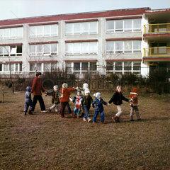 Weimar  DDR  Kindergartenkinder und Erzieherin halten sich an den Haenden