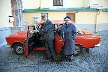 Tallinn  Estland  Erik Urve mit seiner Frau an seinem Moskwitsch 412 IE