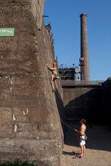 Duisburg  Deutschland  eine junge Frau im Klettergarten des Landschaftsparks Duisburg-Nord