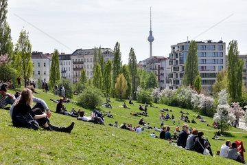 Berlin  Deutschland  Besucher im Mauerparks in Berlin-Prenzlauer Berg