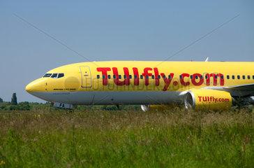 Duesseldorf  Deutschland  ein Flugzeug von TUIfly landet auf dem Flughafen