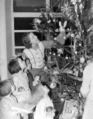 Children decorating the Christmas tree  23 December 1938.