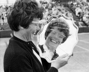 Billie Jean King wins the Northern lawn tennis tournament  1966.