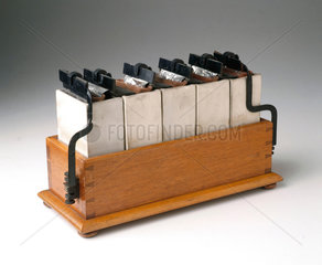 Grove battery comprising five cells in a wooden tray  1895.