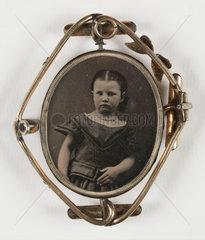 Brooch in a swivel mount  c. 1860.