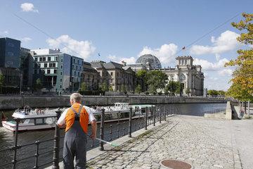 Putzarbeiter vor dem Reichstag
