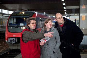 Duesseldorf  Deutschland  Reisendenlenker der DB JobService erteilt Fahrplanauskuenfte