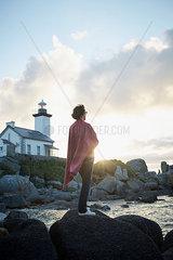 Frau und Leuchtturm