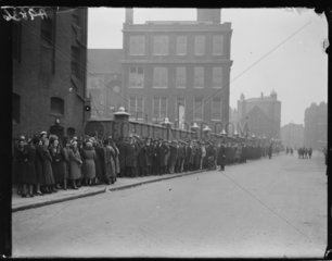 Queues of unemployed people  1932.