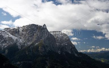Seis am Schlern  Italien  Blick auf das verschneite Schlernmassiv