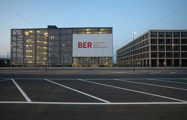Schoenefeld  Deutschland  ein Parkhaus und das Airport Center am Flughafen Berlin Brandenburg am Abend