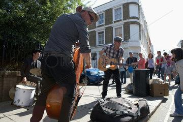 London  Grossbritannien  Strassenmusiker auf dem Portobello Road Market