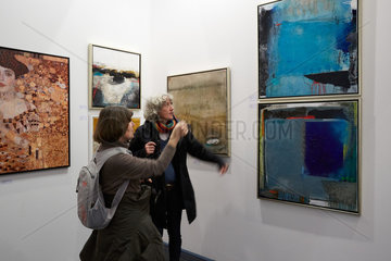 Frankfurt  Deutschland  Besucher auf der Kunst Messe Frankfurt 15